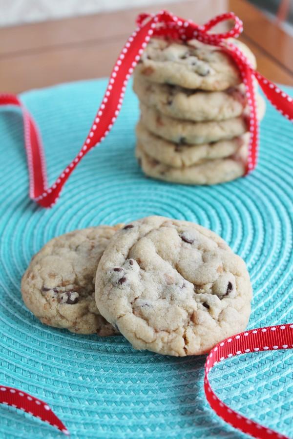 Chewy Caramel Chocolate Chip Cookies | hiddenponies.com