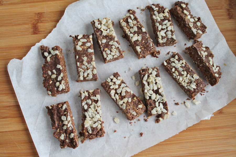 Peanut Butter & Date Snacking Bars (no bake, healthy and delicious!)